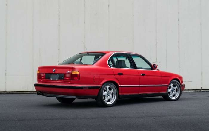 Ухоженный и недешевый BMW M5 1991 года красного цвета   авто