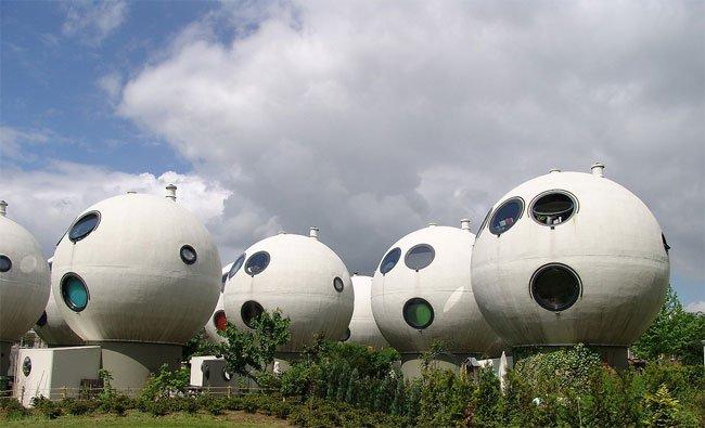 Странные дома-шары в Нидерландах