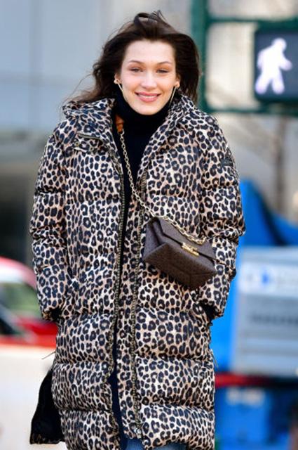 Уличный стиль знаменитости: Белла Хадид в леопардовом пуховике гуляет по Нью-Йорку Звездный стиль