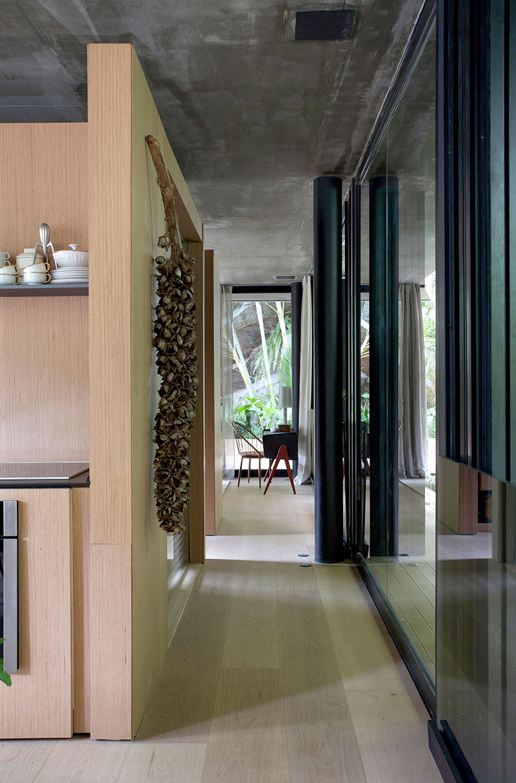 Джунгли зовут: дом Рио-де-Жанейро, окруженный растительностью большие окна