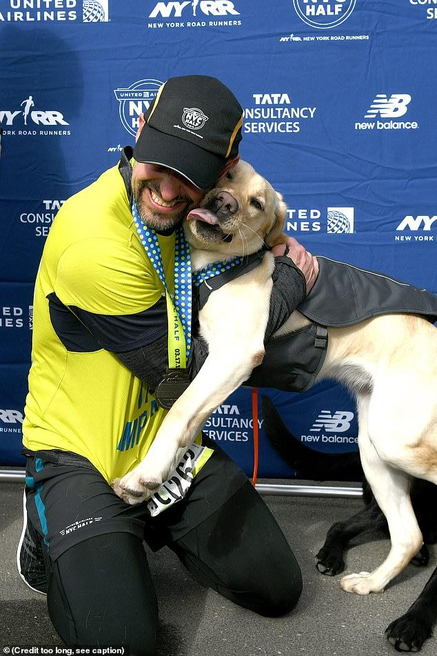 Слепой бегун впервые в истории завершил полумарафон при помощи собак-поводырей!