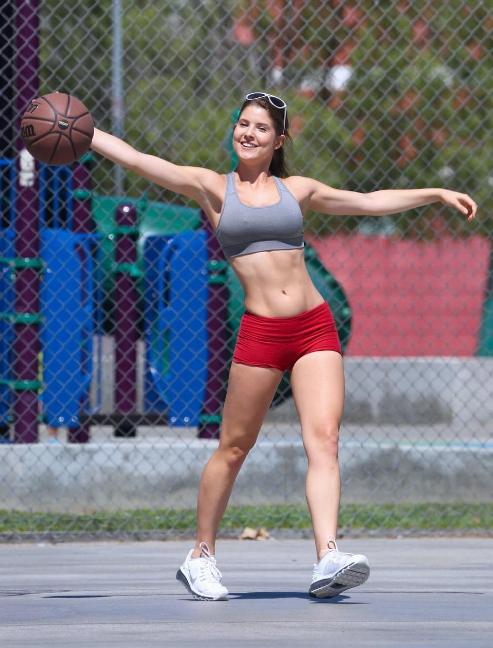 Соблазнительные девушки с подтянутой спортивной фигурой девушки