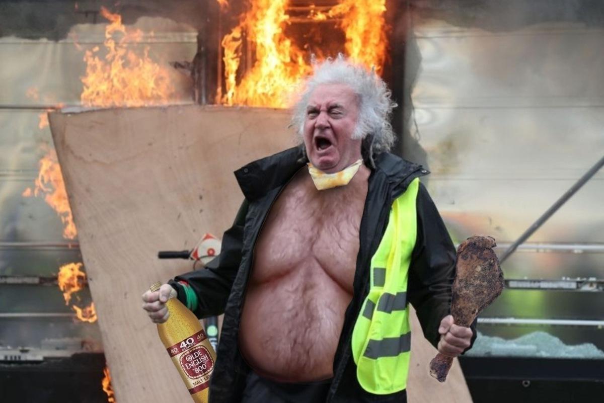 Эпичный мужчина с протестов во Франции стал объектом для фотожаб