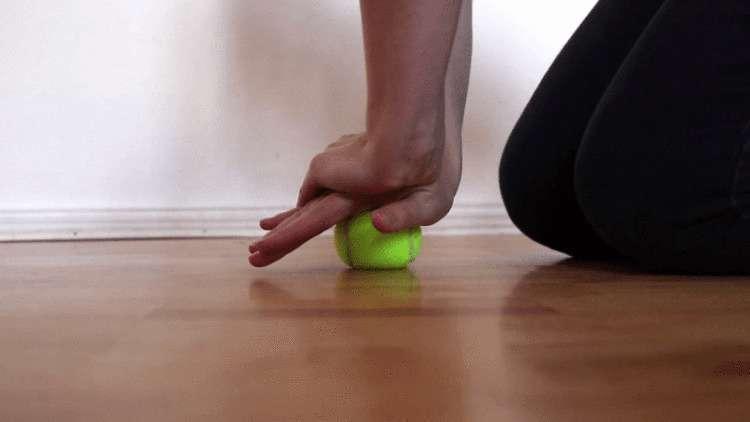 Болит шея, затекает спина, ноют колени? Поможет теннисный мяч и всего 7 простых упражнений! здоровье
