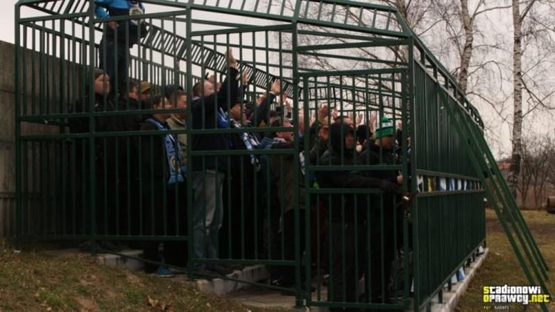 Человеческий зоопарк – футбольные болельщики были вынуждены смотреть матч из металлической клетки Познавательное